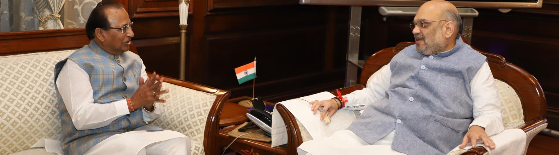 असम के राज्यपाल श्री जगदीश मुखी दिनांक 14 जून, 2019 को नई दिल्ली में केंद्रीय गृह मंत्री श्री अमित शाह से मुलाकात करते हुए