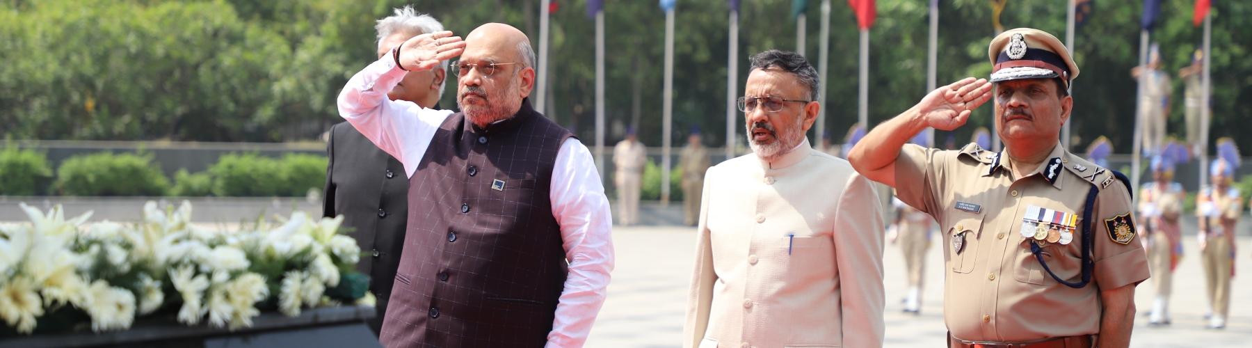 श्री अमित शाह, केन्द्रीय गृह मंत्री शनिवार 02 जून, 2019 को नई दिल्ली, में नेशनल पुलिस मेमोरियल पर शहीदों को श्रद्धांजलि अर्पित करते हुए।