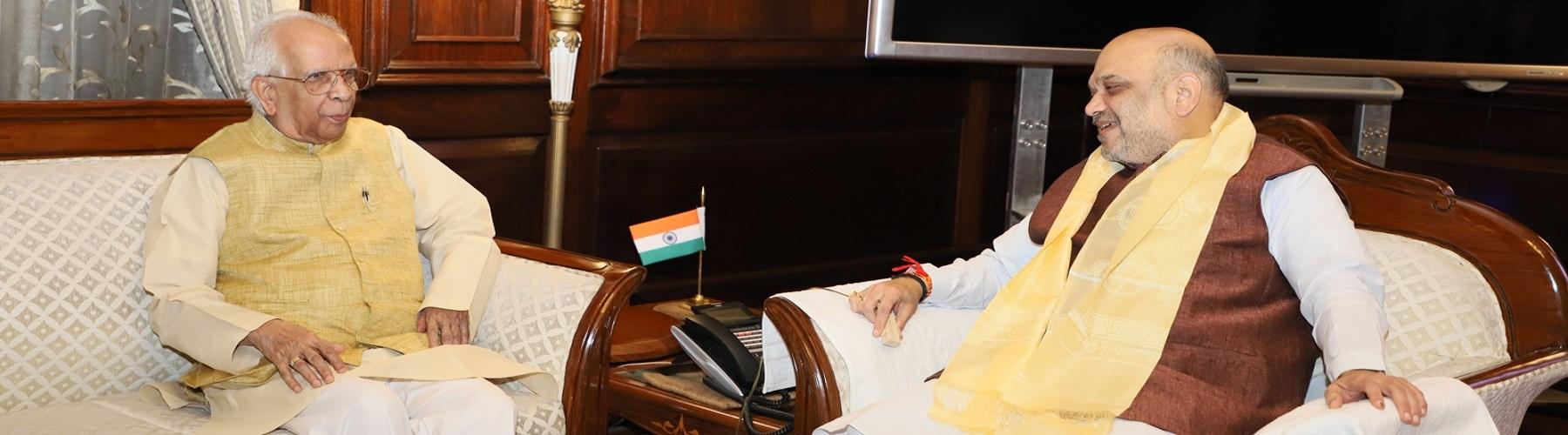 पश्चिम बंगाल के राज्यपाल श्री केशरी नाथ त्रिपाठी दिनांक 10 जून 2019 को नई दिल्ली में केंद्रीय गृह मंत्री श्री अमित शाह से मुलाकात करते हुए