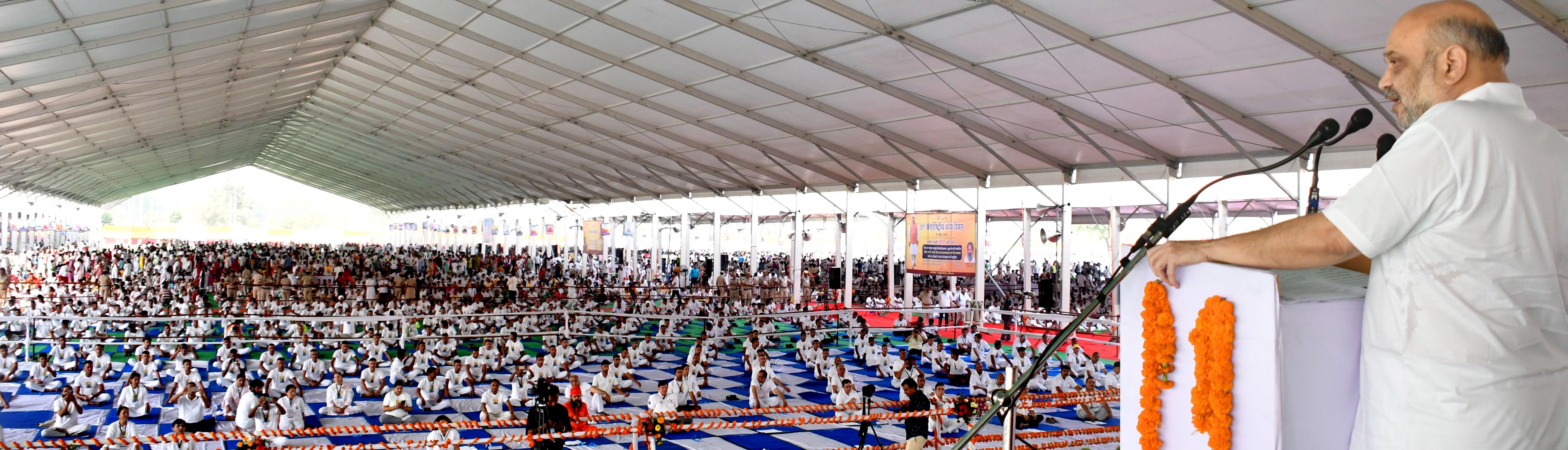 केंद्रीय गृह मंत्री श्री अमित शाह 21 जून 2019 को रोहतक, हरियाणा में 5 वें अंतर्राष्ट्रीय योग दिवस समारोह में  प्रतिभागियों को संबोधित करते हुए ।