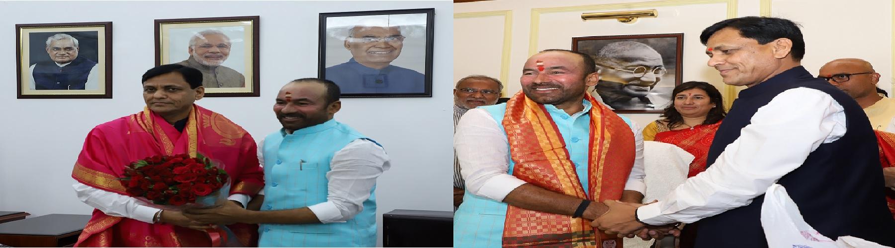 श्री जी. किशन रेड्डी, केन्द्रीय गृह राज्य मंत्री और श्री नित्यानंद राय, केन्द्रीय गृह राज्य मंत्री शनिवार 01 जून, 2019 को नई दिल्ली में पदभार ग्रहण करने के पश्चात आपस में अभिवादन करते हुए।
