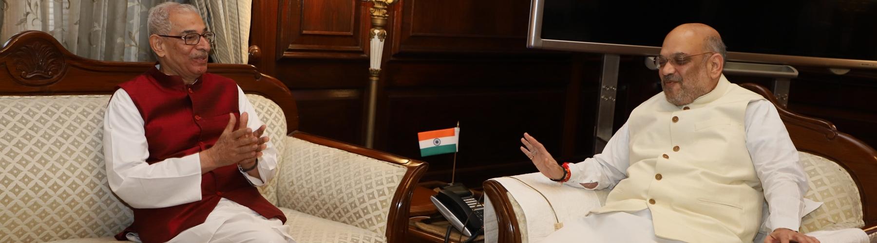 गुजरात के राज्यपाल श्री ओम प्रकाश कोहली दिनांक 11 जून 2019 को नई दिल्ली में केंद्रीय गृह मंत्री श्री अमित शाह से मुलाकात करते हुए